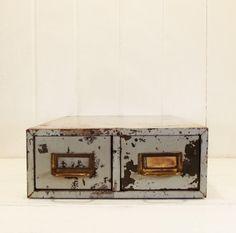 Jahrgang zwei Schublade Metall Aktenschrank, graues Gehäuse, Office Orgnaization, industrielle Dekor, Foto Prop, Bibliothekskatalog Karte