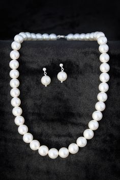 Juego de collar y aretes de perlas de Swarovski   Luce elegante con este juego de collar y aretes Swarovski.