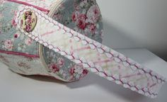 Som kontrast till det svart/vita i mitt förra inlägg sydde jag en väska i romantiska pastelltyger    Vi går ju mot ljusare tider och jag l...