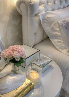 Mesa de cabeceira criado mudo quarto casal cores neutras rosas velas flores branco porta joias espelhado