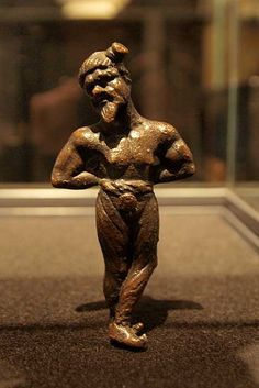 Chained Germanic, 2nd century AD. Bronze. His hair is tied in a Suebian knot. ( CC BY 3.0 )