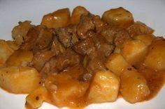 Piatto tipico della tradizione italiana, lo spezzatino di vitello è molto gustoso e non difficile da preparare a casa. Può essere cotto in umido, in pentola a pressione o in forno.