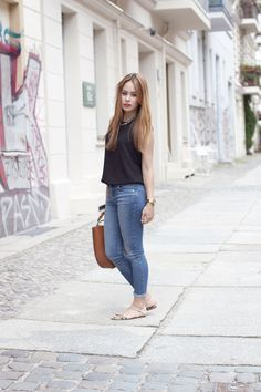 going sleeveless - Desi is wearing a high neck top, skinnyjeans, chain sandals and a cognac brown basket bag - teetharejade.com