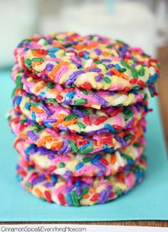 Rainbow Sprinkle Cream Cheese Cookies Fun, colorful cookies infused with cream cheese and rolled in rainbow sprinkles.The sprinkles give them a bit of chewiness all around the outside edges and the cr. Köstliche Desserts, Delicious Desserts, Dessert Recipes, Yummy Food, Drink Recipes, Yummy Cookies, Yummy Treats, Sweet Treats, Baby Cookies