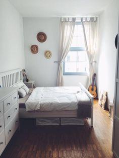 Weiß Stellt Die Zentrale Farbe In Diesem WG Zimmer Dar. Schöne Dekorationen  Wie Die