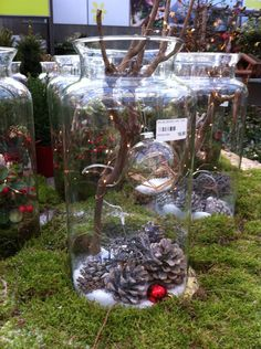 Vaas met tak en lichtjes en kerst versiersels