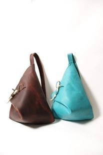 Turquoise or Brown Leather Triangle Bag Discover and share your fashion ideas on… Luxury Handbags, Purses And Handbags, Designer Handbags, Couture Cuir, Triangle Bag, Triangle Necklace, Leather Projects, Beautiful Bags, Leather Working