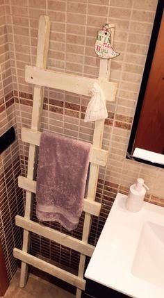 Toallero escalera hecho a base de listones reciclados, acabado pintura Autentico y barniz al agua.