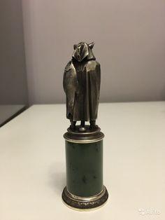 """Статуэтка """"Кот"""" из серебра и нефрита   Статуэтка изготовлена из серебра высшей пробы, постамент создан из нефрита. Высота данной авторской работы равна 12 см. В комплектацию статуэтки входит элегантный футляр из дерева (орех). - 35 000 руб."""