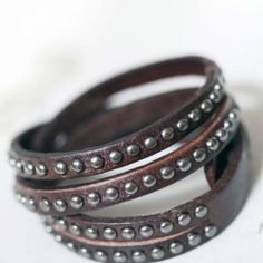 http://silverbricka.se/products-page/accessoarer/sanjona-stilrent-laderarmband-med-nitar-i-tva-rader/