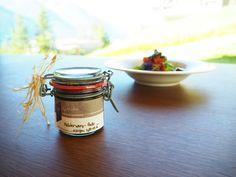 Das Meisterwurz-Pesto im Gradonna ist Natur pur. Die Zutaten sind aus der Umgebung und werden von den Mitarbeitern eigenhändig gesammelt.  #gradonna #enjoyosttirol #osttirol #schultzgruppe #kals #bergwelten #wellness #genuss #urlaub #reisen #travel #austria Pesto, Candle Jars, Candles, Moscow Mule Mugs, Tableware, Wellness, Fried Cabbage Recipes, Environment, Vacation Travel