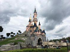 Une journée au ciel gris mais saupoudrée de magie on ne dit jamais non . #disney #disneylandparis #castle #cindarella #paris #magicintheair #mickeymouse #themepark #france #retourenenfance #regression #blogvoyage #voyager #voyage #travel