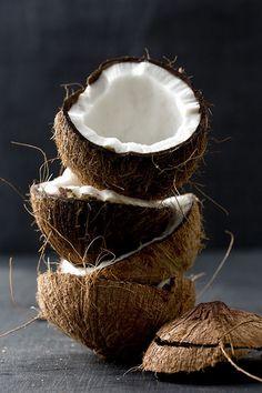 El coco es considerado un súper alimento no sólo porque posee gran cantidad de nutrientes que son necesarios para el organismo, sino que aporta beneficios extras a la salud, de forma natural, sin agregados o procesos artificiales. #Coconut #benefits #Superfood #Delish