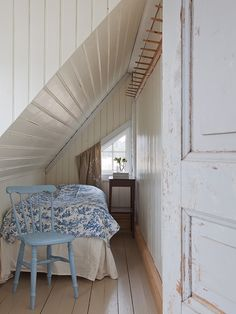 narrow roof #bedroom I can easly immagine a vintage desk by the window