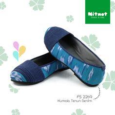 Flatshoes cantik dengan bahan tenun kombinasi denim. Sol karet anti selip.