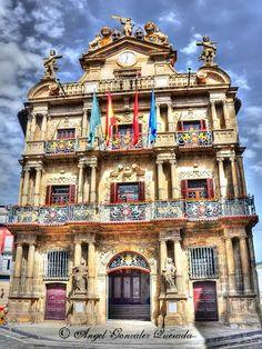 Esto es Pamplona. Un café en la plaza de Pamplona. En Pamplona, Luis y Paula van a la plaza central.
