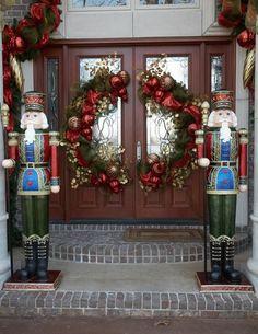 des guirlandes vertes aux acents rouges avec des boules de Noël