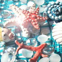 Segnaposto in tema marino: sicuriche non stiate  facendo snorkeling su un fondale tropicale? #ceramicreando #ceramic #ceramica #pesce #pesciolino #wedding #matrimonio #bomboniera #handmade #artigianale #fish #cadeau #sea #mare #love #segnaposto