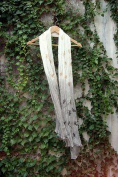 """Pañuelo de gasa de algodón estampa """"bayas"""" + teñido natural con té negro en degradeé medida: 2m x 1m  Printed """"bayas"""" scarf + natural dyed with black tea"""