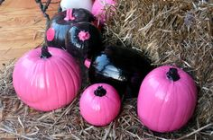 DIY: Pink and Black Pumpkins. Halloween 'Pink-O-Ween' Theme Halloween Party Decorations & Ideas Pink Halloween, Theme Halloween, Halloween Birthday, Halloween Pumpkins, Halloween Crafts, Happy Halloween, Halloween Decorations, Barbie Halloween, Halloween 2017