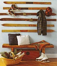 Skis recyclés en porte manteau #ski #snow #recyclé #recyclage #recycled #recycling #hiver #neige #deco #chaines chainesbox.com