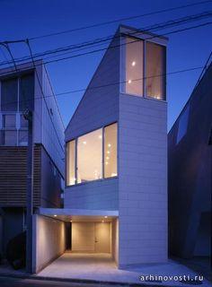 Перед специалистами из архитектурной компании O.F.D.A. стояла задача спроектировать дом для очень маленького участка земли в Токио, Япония. Участок зажат с трёх сторон другими зданиями. Северная его часть граничит с небольшой дорогой, за которой также расположены дома. Вот в...