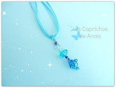 Collar compuesto por cola de ratón y organza y colgante de aluminio azul marino y abalorio central azul celeste unidos con aluminio de color azul claro.