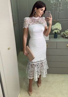 Vestido a media pierna de encaje blanco de Tamires... Dressy Dresses, Stylish Dresses, Elegant Dresses, Fashion Dresses, Lace Dresses, Club Dresses, Pretty White Dresses, Beautiful Dresses, Homecoming Dresses