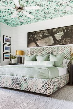 Declutter your messy bedroom with a few quick and easy storage solutions. These bedroom organization ideas will transform a chaotic space into a sleeping sanctuary. Luxury Duvet Covers, Luxury Bedding, Green Master Bedroom, Messy Bedroom, Beverly Hills Hotel, Eclectic Decor, Eclectic Bedrooms, Decoration, Bedroom Decor