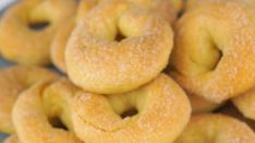 News Cafe, Onion Rings, Bagel, Peach, Bread, Ethnic Recipes, Food, Brot, Essen