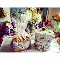 «White dayはリクエストした ポワラーヌのクッキー この量!!あがるぅ〜っ #whiteday #Poilane #毎日ちょびちょび #ちゃんとお花も添えてくれるあたり»