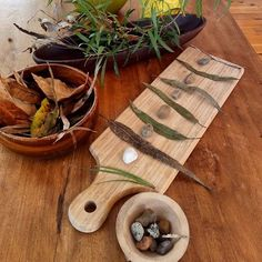 Patterning with natural loose parts. #loosepartsplay #loosepartstheory #looseparts #natureplay #patterns #preschool #pl...