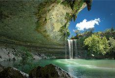 Lagoa de Hamilton (Hamilton Pool), Texas, USA. No verão, essa piscina natural nos arredores de Austin, fica repleta de turistas e moradores. Ela foi criada quando a cúpula de um rio subterrâneo desabou devido a enorme erosão de milhares de anos atrás.