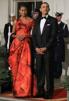 Alexander McQueen Resort 2011 President Barack Obama and First Lady Michelle Obama honored President Hu Jintao of the People's Republic o. Michelle Und Barack Obama, Barack Obama Family, Michelle Obama Fashion, Obamas Family, Alexander Mcqueen, Durham, Presidente Obama, Versace Gown, First Ladies