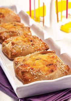 Αλμυρές, με υποψία γλύκας τετράγωνες «πιτούλες», με μπόλικα μπαχαρικά και μυρωδικά, που φτιάχνουν το Πάσχα στην Κύπρο. Γίνονται μικρές ή μεγάλες και τις σερβίρουν κομμένες σε φέτες.