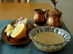 Tahini (arba sezamo sviestas) yra grūstų arba maltų sezamo sėklų pasta, naudojama kaip maistingas gardus priedas ar pagardas kitiems patiekalams ruošti: http://foodart.blogas.lt/tahini-37.html