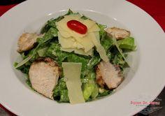 romaine lettuce, ψητό κοτόπουλο, κρουτόν, νιφάδες παρμεζάνας, με αυθεντική caesar dressing
