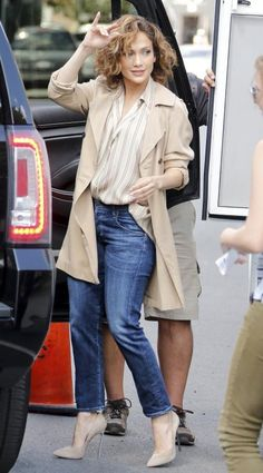 This easy look on J. Lo is perfect for the end of summer when all you need is a light trench to keep warm. #JenniferLopez CelebStyle