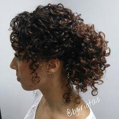 Coque lateral despojado cacheado e estiloso sempre! #penteado #osissessionlabel #euusoskp #schwarzkopfbr #igoravibrance #coquelateral…