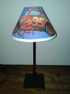 Lelijke lampenkap + stuk gordijnstof en biais + veel geduld = lampenkap voor bij het kussen...