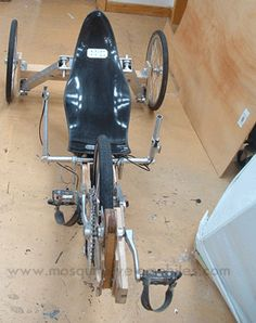 Interesting tilt trike in french Bicycle Pedals, Bicycle Art, Bicycle Design, Velo Cargo, Traction Avant, Wood Bike, Recumbent Bicycle, Solar Car, Bike Trailer