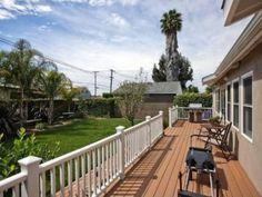 【LA便り】リビングが全面裏庭に面していて、幅の広いバルコニーがこちらはリビングが全面、裏庭に面していますが、それに幅の広いバルコニーが すべて設置され、バーベキューや食事を楽しめるスペースになっていました。