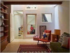 A casa de dois andares recebida de herança por um casal no subúrbio de Melbourne, na Austrália, não era grande o suficiente para toda a família, mas o tamanho foi resolvido pelo escritório Phooey Architects graças a uma extensão coberta por um inusitado mosaico de tijolos vermelhos.