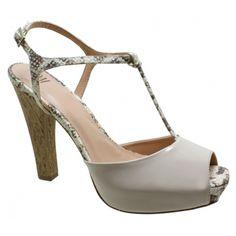 Sandália Plataforma Meia Pata DM Extra Verniz Ocre Numeração Especial. Tiras em cobra bege, fivela dourada na lateral que facilita o calce. ...