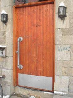 Old pipes turned into a door knob at a pub in Montreal (St Hubert street). Decor, Doors, Pallet Furniture, Beautiful Doors, House Design, Plumbing Fixtures, Door Handles, Old Door, Home Decor