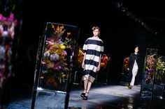 See atmosphere photos from the Dries Van Noten Spring 2017 Ready-to-Wear fashion show.