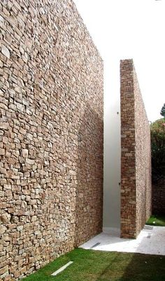 Incredible Stone Facade Design to Spike up Design of Buildings Stone Facade, Stone Masonry, Stone Cladding, Brick And Stone, Stone Walls, Wall Cladding, Design Exterior, Facade Design, House Design