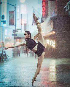 Nascido em Porto Rico, mas vivendo atualmente em Nova Iorque, o fotógrafo Omar Z. Robles juntou cenários do dia a dia da cidade com lindos movimentos de dança em uma série de imagens hipnotizantes.    Em entrevista