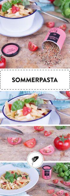 Cremiger Mozzarella, fruchtige Kirschtomaten und frischer Basilikum lassen uns von wärmeren Tagen träumen! Unsere Sommerpasta ist schnell gezaubert und somit perfekt für ein fixes Mittagessen!