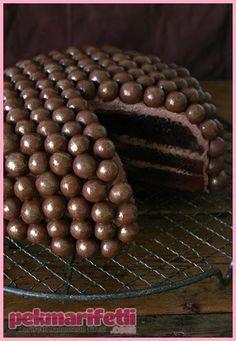 Malzemeler: 4 Adet yumurta 200 gr Şeker 200 gr Margarin ( oda sıcaklığında) 1 fiske tuz 200 gr Un 1 Paket kabartma tozu 1 Tatlı kaşığı tarçın 6 Yemek kaşığ.. Çikolata toplu pasta nasıl yapılır?..